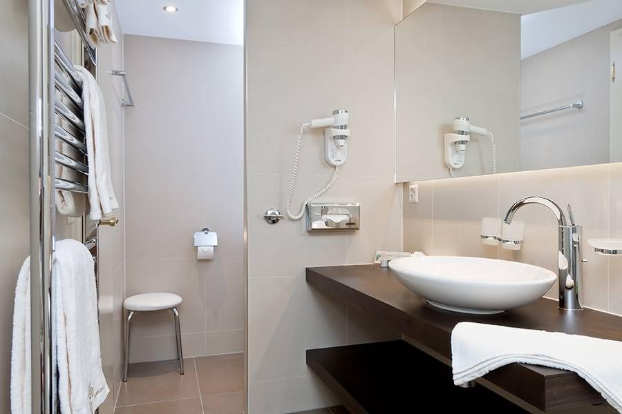 hotel grindelwald kreuz post moderne doppelzimmer. Black Bedroom Furniture Sets. Home Design Ideas